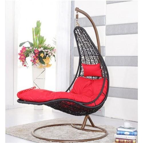 Baštenska ljuljaška sa crvenim jastukom